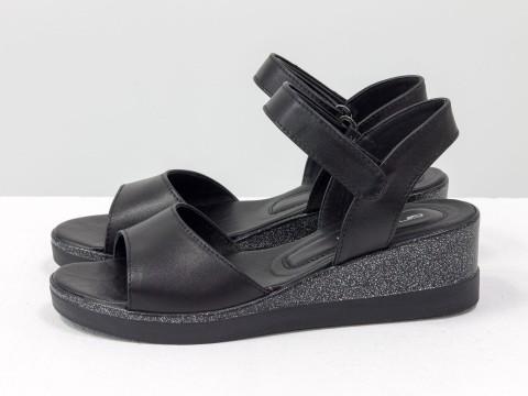 Черные босоножки из кожи с текстурой питон на танкетке,  С-2019-06