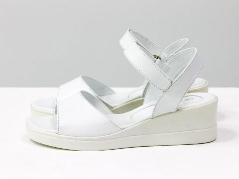 Белые  босоножки из натуральной кожи белого цвета внутри и снаружи на невысокой платформе в цвет с блестками, С-2019-07