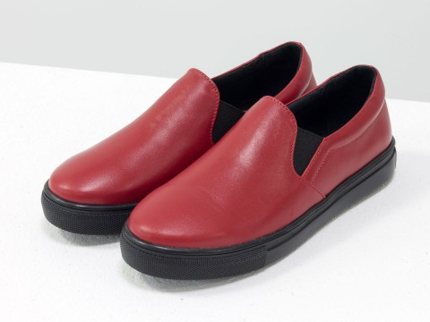 Кожаные слипоны красного цвета на черной подошве
