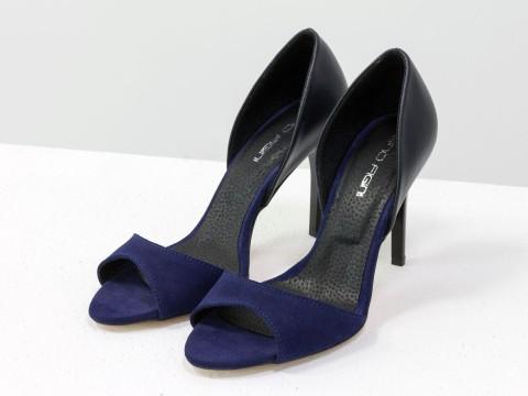 Летние туфли с открытым носком из замши синего цвета и черной натуральной кожи на шпильке
