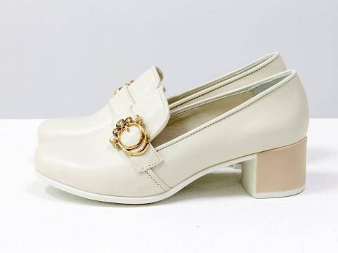Бежевые туфли из кожи с перламутром украшены спереди ремешком на устойчивом каблуке,  Т-17418-01