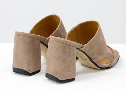 Классические босоножки из замши бежевого  цвета на расклешенном каблуке