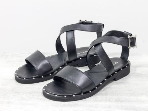 Черные босоножки из натуральной кожи, украшены металлическими шипами по периметру