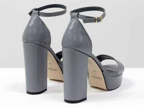 Босоножки на каблуке из натуральной кожи серого цвета