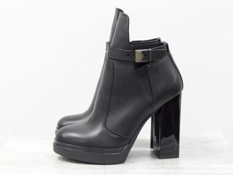 Ботинки в черной коже с резиновой вставкой сверху на  устойчивом каблуке