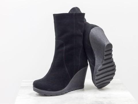 Черные Ботинки из натурального замша черного цвета на высокой танкетке
