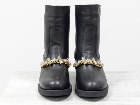 Полусапожки свободного одевания из натуральной кожи черного цвета спереди украшены камнями золотого цвета