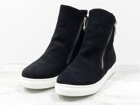Ботинки черного цвета из натуральной замши на белой подошве