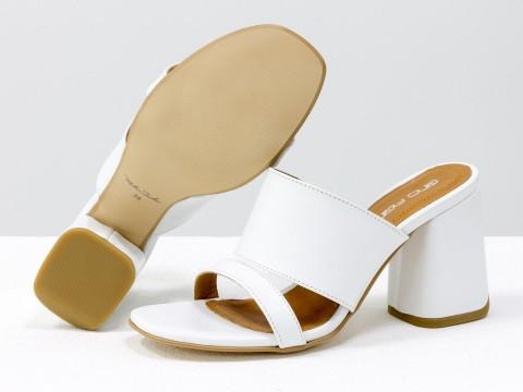 Классические босоножки на каблуке из натуральной белой кожи