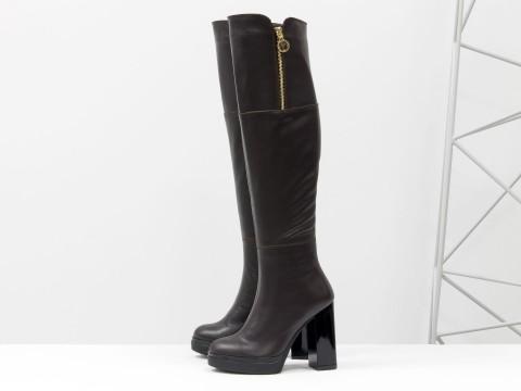 Высокие коричневые ботфорты из кожи на высоком каблуке