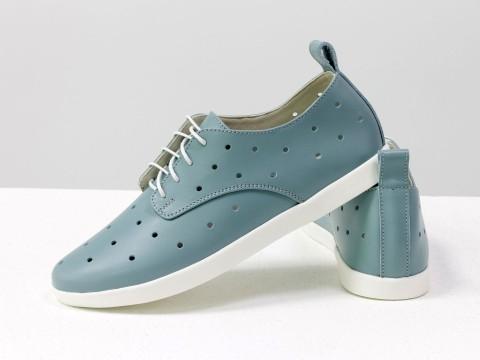 Женские туфли с перфорацией на низком ходу из натуральной кожи серо-голубого цвета