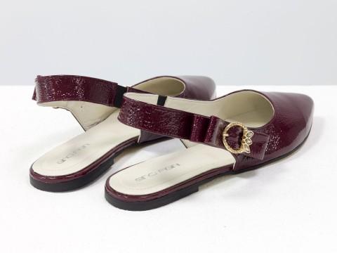 Лакированные туфли на низком ходу бордового цвета с открытой пяткой