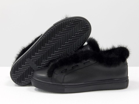 Женские демисезонные кеды из натуральной кожи черного цвета украшены мехом норки
