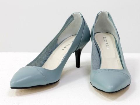 Туфли с зауженным носиком из натуральной итальянской кожи серо-голубого цвета на невысокой шпильке