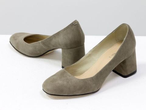 Бежевые туфли на среднем каблуке из натуральной замши-велюр