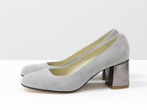 Светло-серые туфли на среднем каблуке из замши