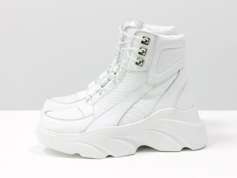 Женские ботинки на утолщенной подошве из кожи белого цвета