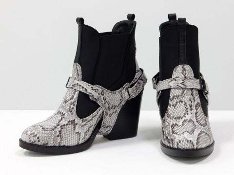 """Женские ботинки с портупеей из натуральной из серо-коричневой кожи с текстурой """"питон"""" на удобном каблуке"""