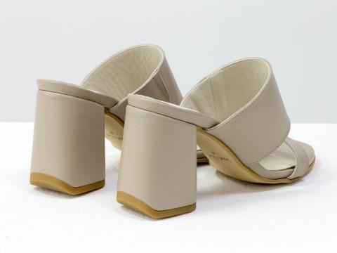 Классические босоножки из кожи бежевого  цвета на расклешенном каблуке