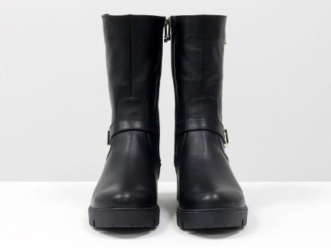 Ботинки женские из кожи черного цвета, сбоку молния и декоративный ремешок