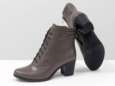 Зимние женские ботинки на среднем каблуке из натуральной кожи со шнуровкой
