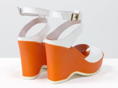 Белые босоножки на оранжевой танкетке из натуральной кожи