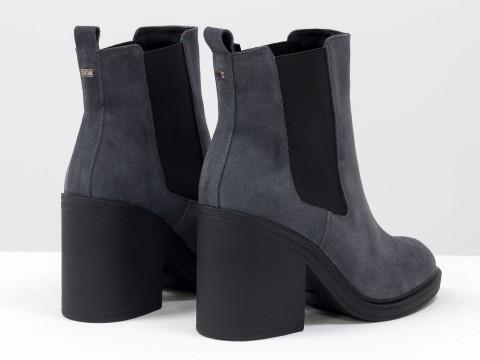 Серые ботинки на каблуке из натуральной замши с широкой черной резинкой