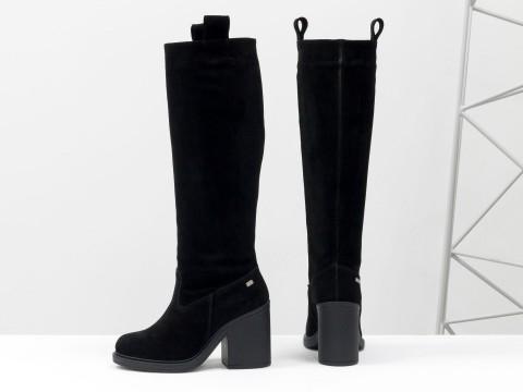 Высокие сапоги свободного одевания из черной замши на каблуке