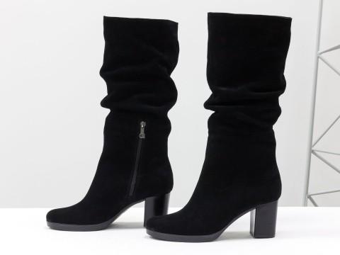Замшевые весенние сапоги на устойчивом каблуке черного цвета