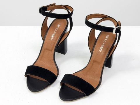 Классические босоножки из черной натуральной замши с ремешком на устойчивой каблуке