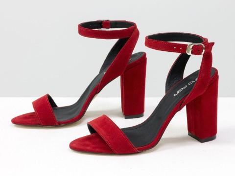 Красные босоножки на высоком каблуке из натуральной замши с ремешком