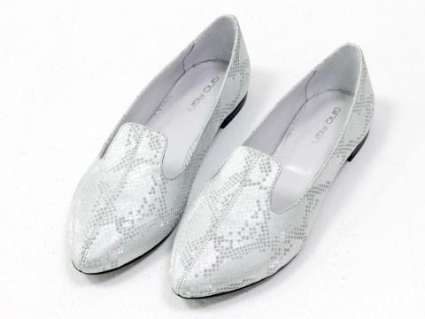 Туфли на низком ходу из натуральной кожи серебряного цвета с текстурой питон