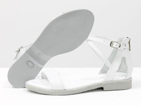 Белые босоножкииз натуральной кожи с текстурой питон на низком ходу