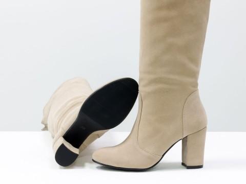 Бежевые сапоги ботфорты из натуральной замши на каблуке