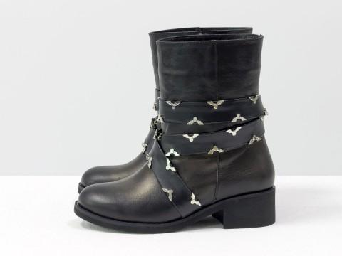 Демисезонные женские ботинки из кожи черного цвета украшены ремешками , Б-1832-01