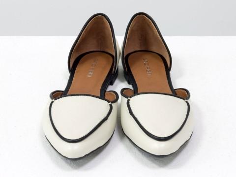 Бежевые туфли лодочки на низком ходу из натуральной кожи