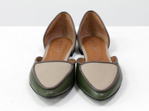 Туфли лодочки на низком ходу из кожи болотной, грязно-сиреневой и светло-бежевой кожи