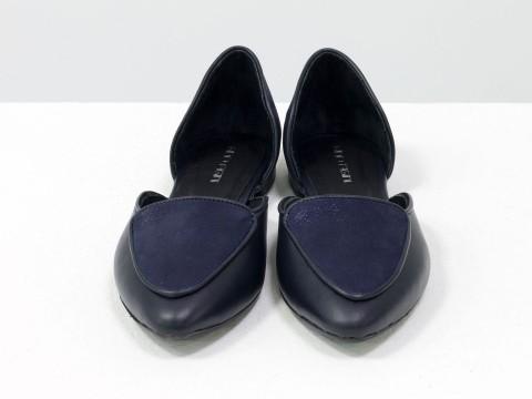 Синие туфли лодочки на низком ходу из натуральной и блестящей кожи