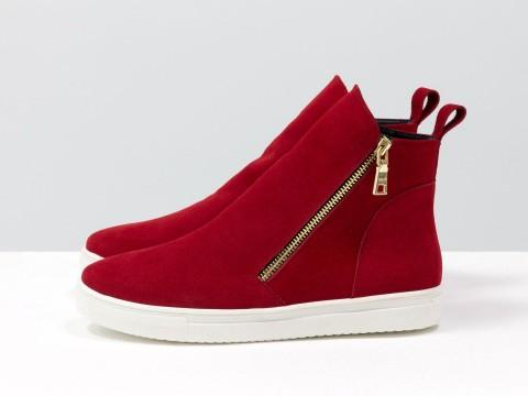 Ботинки женские из натуральной замши красного цвета на  подошве белого цвета
