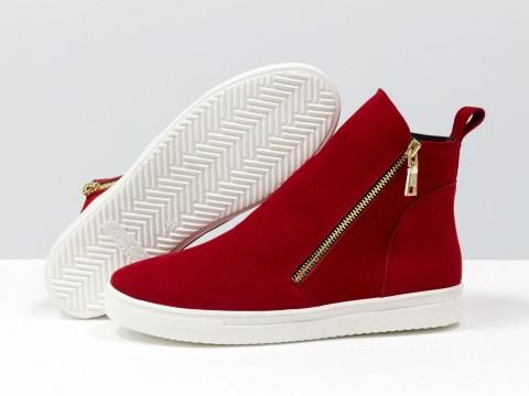 Ботинки  из натуральной замши красного цвета на белой подошве