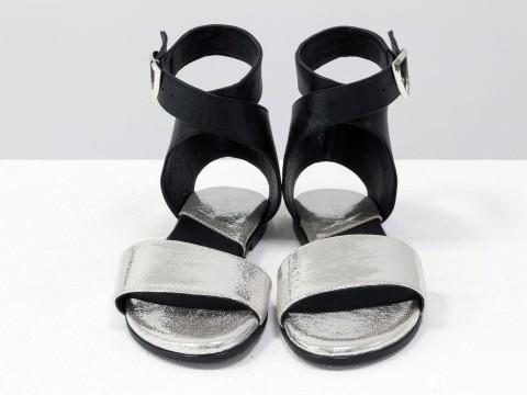 Босоножки на низком ходу из натуральной кожи черного и серебряного цвета