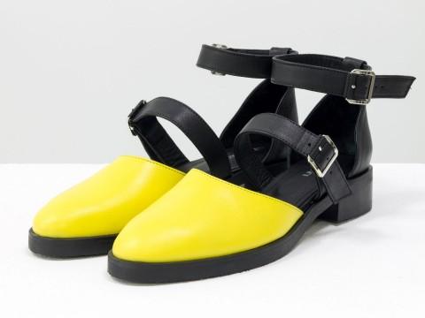 Женские туфли на маленькомкаблуке из кожи горчичного цвета и матовой черной