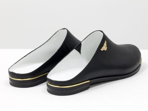 Сабо женские на низком ходу из натуральной кожи черного цвета с металлическими вставками золотого цвета