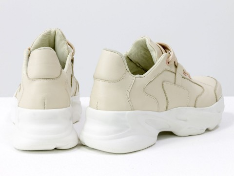 Женские кроссовки из натуральной бежевой кожи и на высокой подошве