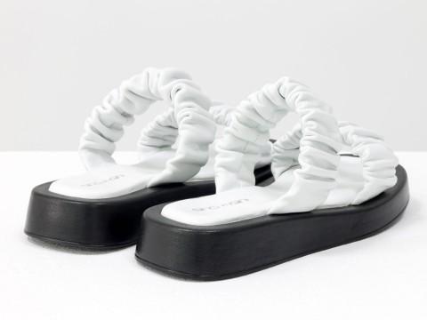 Женские белые дутыебосоножки со сборками на утолщенной подошве из натуральной кожи