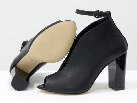 Черные туфли с открытым носком из натуральной кожи на высоком каблуке