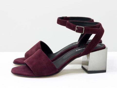Женские босоножки из замши бордового цвета на каблуке
