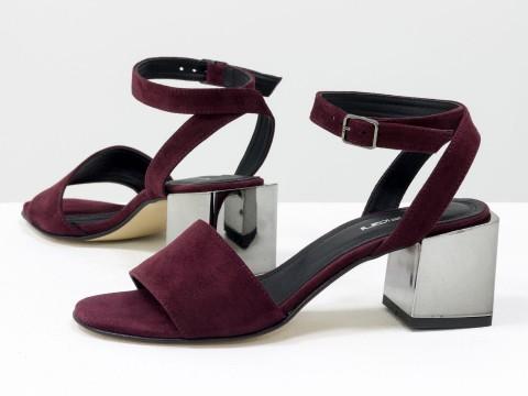 Женские замшевые босоножки бордового цвета на среднем каблуке