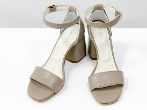 Классические бежевые босоножки из натуральной кожи на расклешенном каблуке