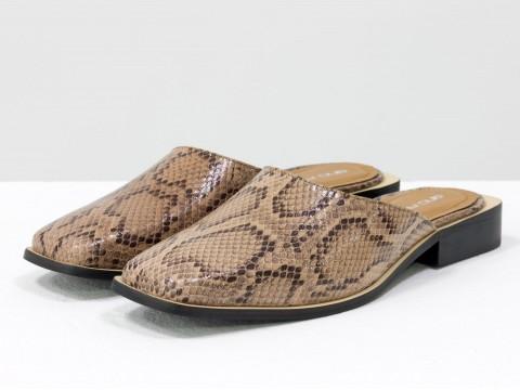 Стильные дизайнерские мюли из натуральной итальянской кожи бежевого цвета с текстурой питон и табачным подкладом